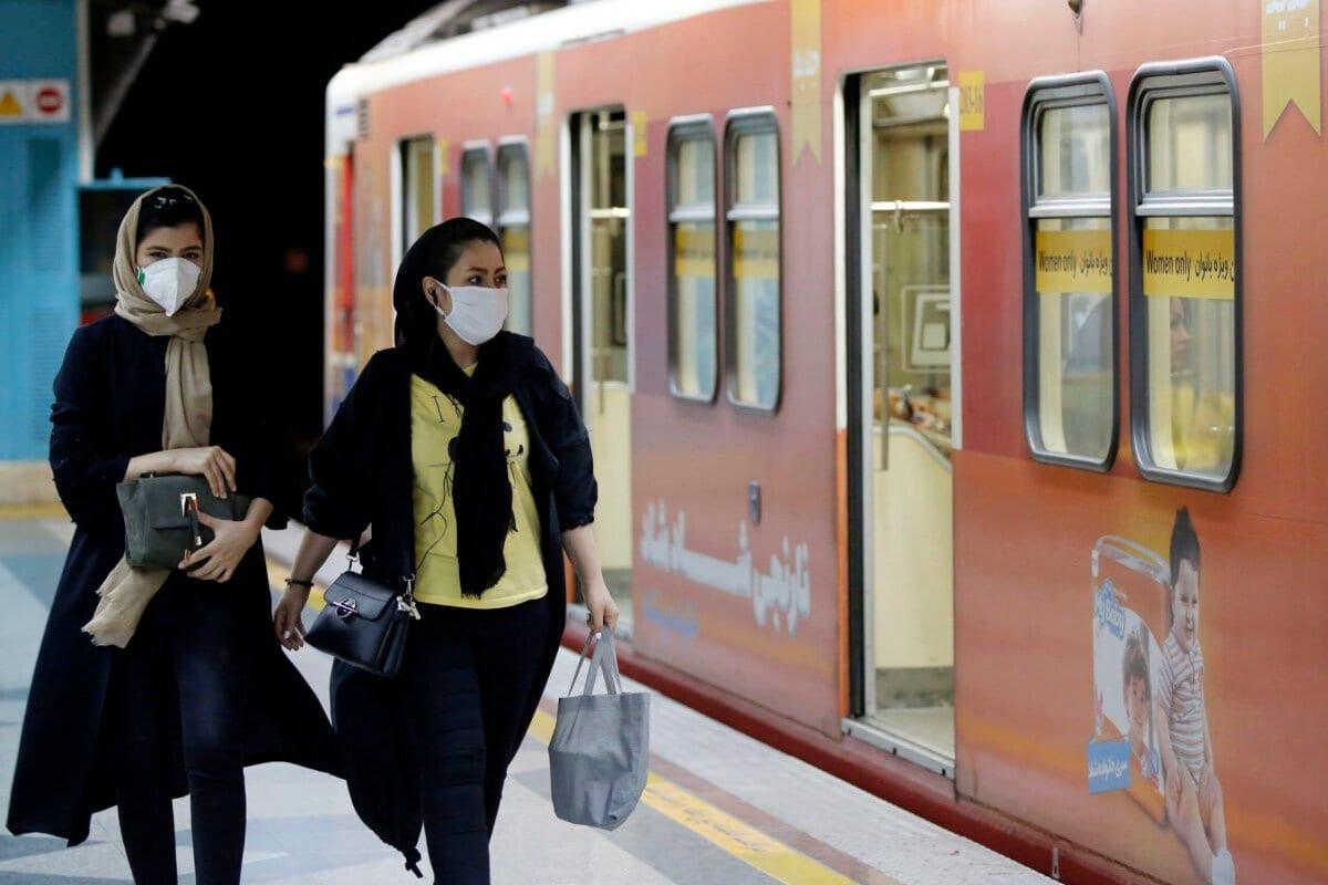 Mulheres iranianas no metrô de Teerã, 10 de junho de 2020 [Stringer/AFP via Getty Images]