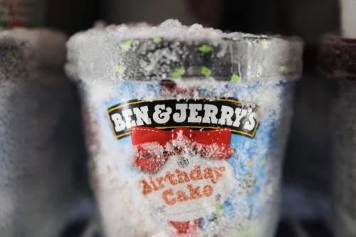Um pote de sorvete Ben and Jerry's, fabricado pela Unilever Plc, em um freezer de um supermercado Morrisons, operado pela Wm Morrison Supermarkets Plc, em Saint Ives, Reino Unido, na quarta-feira, 19 de agosto de 2020 [Chris Ratcliffe/Bloomberg via Getty Imagens]