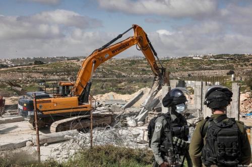 Trator israelense demole casa palestina na Cisjordânia ocupada, 8 de março de 2021 [Hazem Bader/AFP via Getty Images]