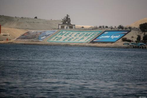 """Uma placa de """"Bem-vindo ao Egito"""" pode ser vista através do Canal de Suez, em 30 de março de 2021 em Ismailia, Egito [Mahmoud Khaled/Getty Images]"""