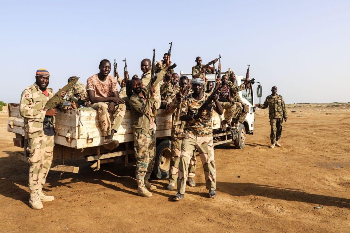 Combatentes de uma força militar sudanesa e iemenita apoiada pela Arábia Saudita, em 23 de maio de 2021, perto da fronteira com a Arábia Saudita na cidade costeira norte do Iêmen, Midi [MOHAMMED AL-WAFI/AFP via Getty Images]