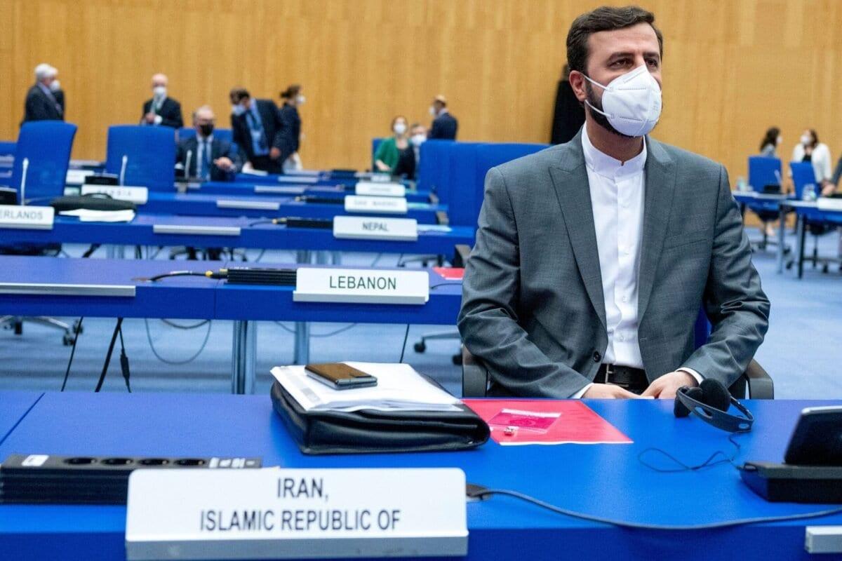 O governador do Irã para a Agência Internacional de Energia Atômica (AIEA), Kazem Gharib Abadi, participa da reunião do Conselho de Governadores da AIEA na sede da agência em Viena, Áustria, em 7 de junho de 2021 [Joe Klamar/AFP via Getty Images]