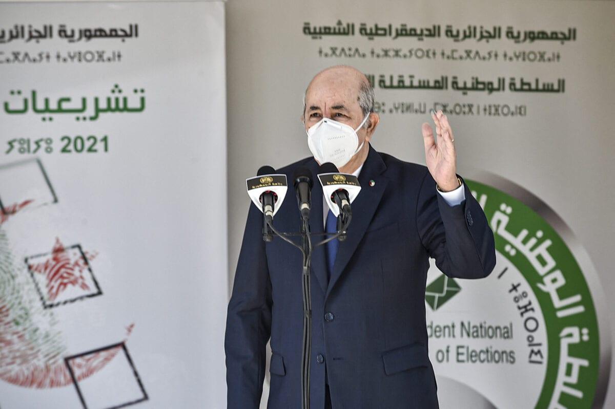 O presidente da Argélia, Abdelmadjid Tebboune, fala do lado de fora de uma seção eleitoral em Bouchaoui, nos arredores da capital da Argélia, Argel, em 12 de junho de 2021 [Ryad Kramdi/AFP via Getty Images]