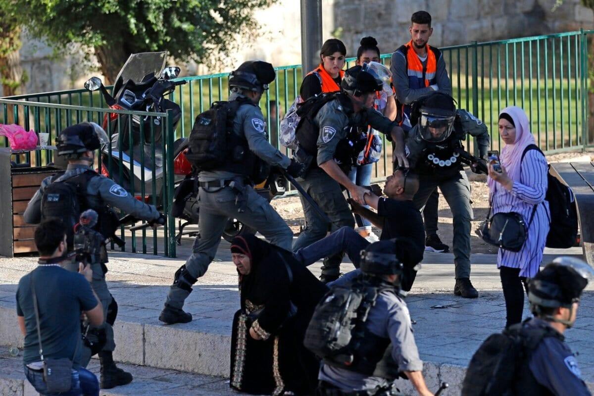 Polícia de Israel prende palestinos em frente ao Portão de Damasco, na Cidade Velha de Jerusalém ocupada, 17 de junho de 2021 [Ahmad Gharabli/AFP via Getty Images]
