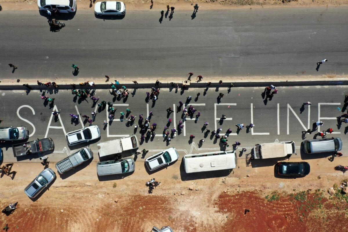Manifestação reivindica que seja mantida uma resolução da ONU para autorizar a passagem de ajuda humanitária na travessia de Bab al-Hawa, na fronteira Síria-Turquia, à província de Idlib, em 2 de julho de 2021 [Omar Haj Kadour/AFP via Getty Images]
