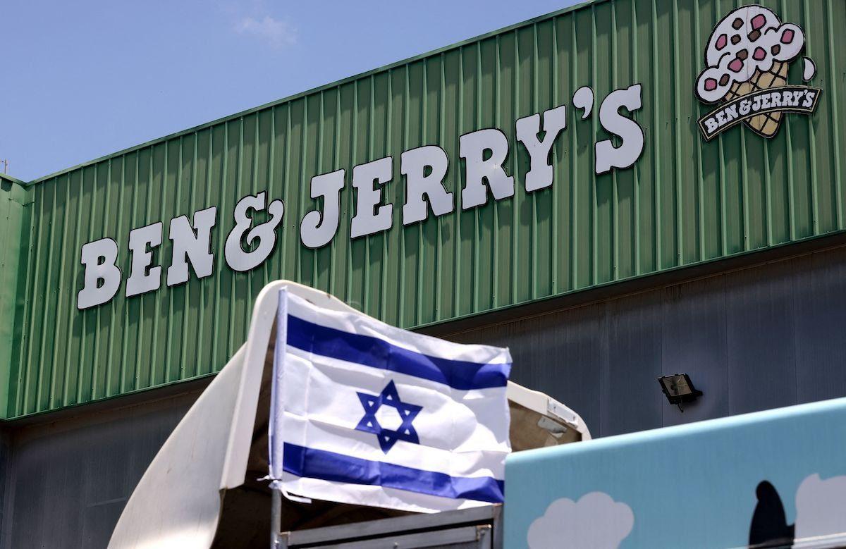 Bandeira israelense em um caminhão em frente à fábrica de sorvetes Ben & Jerry's, em Be'er Tuvia, 21 de julho de 2021 [Emmanuel Dunand/AFP via Getty Images]