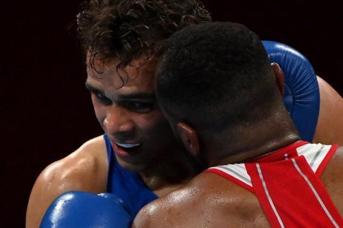 O marroquino Youness Baalla (vermelho) e o neozelandês David Nyika em partida de boxe (81-91kg) durante os Jogos Olímpicos de Tóquio 2020, na Arena Kokugikan, em Tóquio, em 27 de julho de 2021 [UESLEI MARCELINO/POOL/AFP via Getty Images]