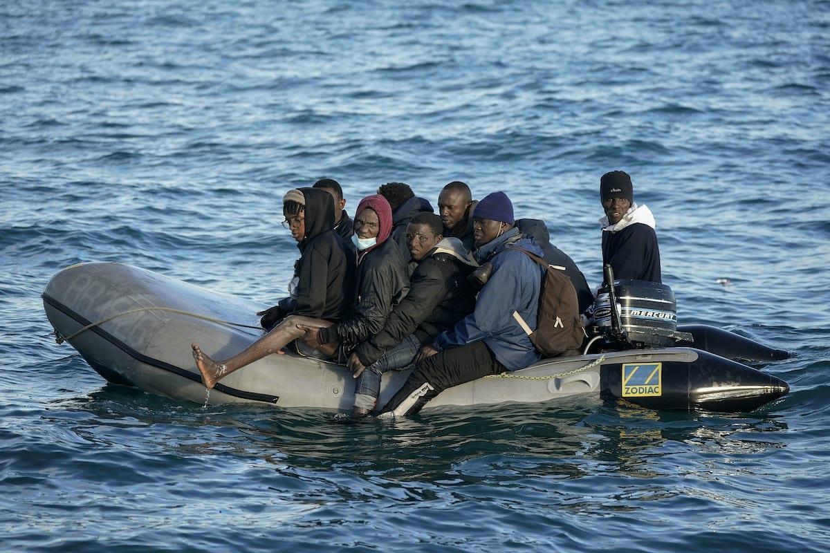 Migrantes aglomerados em um pequeno barco inflável tentam cruzar o Canal da Mancha perto do Estreito de Dover em 7 de setembro de 2020 na costa de Dover, Inglaterra [Luke Dray / Getty Images]