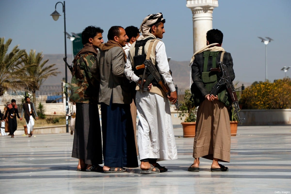 Seguidores Houthi participam de um funeral de seus combatentes mortos na luta em curso contra as forças do governo pelo controle da região rica em petróleo do Iêmen, Marib, em 20 de março de 2021 em Sana'a, Iêmen [Mohammed Hamoud / Getty Images]