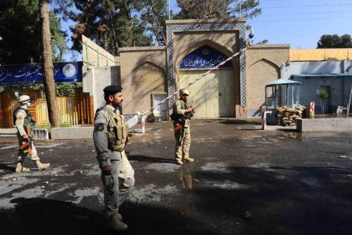 Pessoal de segurança afegão fica de guarda em frente ao consulado iraniano, em 7 de setembro de 2013 [Aref Karimi/AFP via Getty Images]