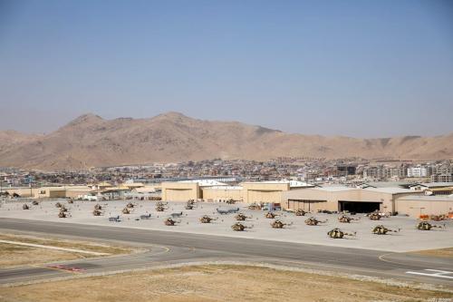 Helicópteros pousam na pista do aeroporto de Cabul, em 3 de outubro de 2014, em Cabul, Afeganistão [Dan Kitwood/Pool/Getty Images]