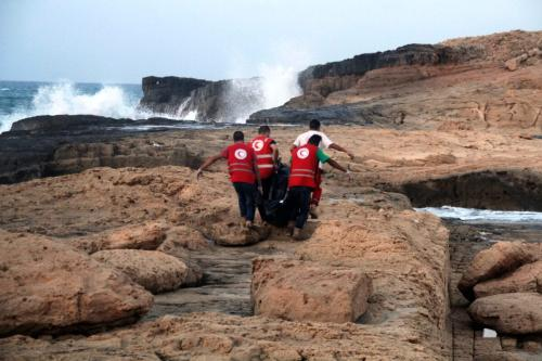 Equipes do Crescente Vermelho recuperam corpos de refugiados na costa da cidade de Janzur, oeste da Líbia, 19 de junho de 2018 [STR/AFP via Getty Images]