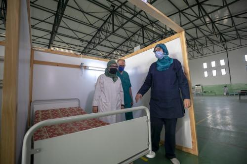 Família tunisiana Miftah — composta pelo cirurgião Ali Miftah (centro), sua esposa médica Emel Sawa (à esquerda) e sua filha Maryam Miftah — em um hospital de campo contra o covid-19 instalado por voluntários na cidade de Kairouan, Tunísia, em 30 de junho de 2021 [Yassine Gaidi/Agência Anadolu]