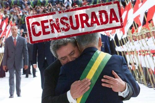 Foto de abraço na passagem de faixa dos presidentes FHC e Lula integra a exposição censurada em Juiz de Fora e agora reaberta pela Justiça [ Foto do acervo da exposição da SBPC]