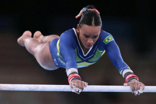 Rebeca em ação nas barras assimétricas dos Jogos Olímpicos de Tóquio 2020 – Foto: Ricardo Bufolin / CBG