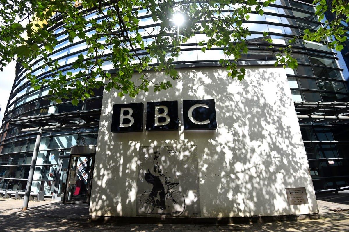 Fachada do prédio de estúdios da BBC em 27 de maio de 2021 na Inglaterra [Nathan Stirk / Getty Images]