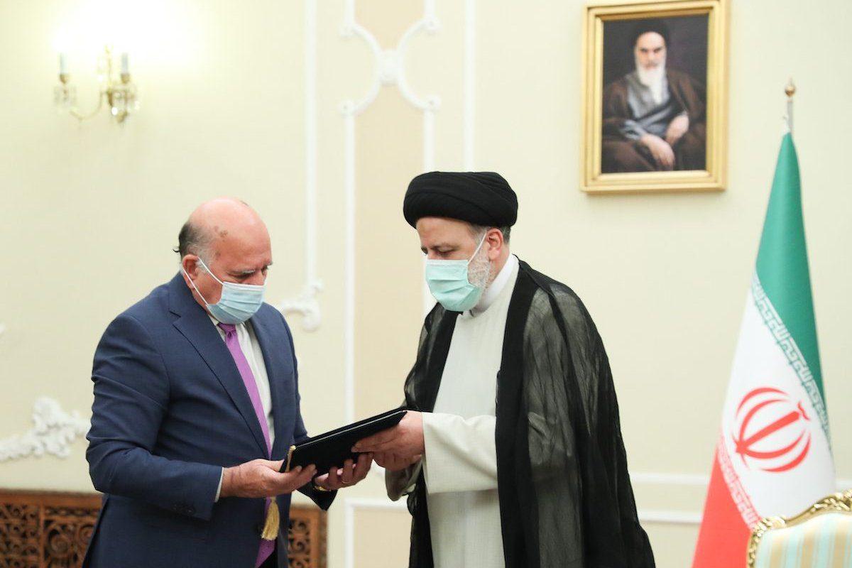 Ministro de Relações Exteriores do Iraque Fuad Hussein (à esquerda) encontra-se com o Presidente do Irã Ebrahim Raisi em Teerã, 10 de agosto de 2021 [Presidência do Irã/Agência Anadolu]
