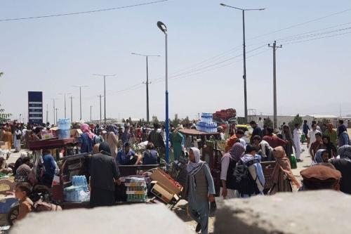 Afegãos aguardam no Aeroporto Internacional Hamid Karzai para tentar deixar a capital Cabul, após tomada do grupo Talibã, em 21 de agosto de 2021 [Sayed Khodaiberdi Sadat/Agência Anadolu]