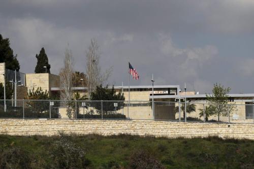 Bandeira dos Estados Unidos no complexo do consulado americano em Jerusalém ocupada, 24 de fevereiro de 2018 [Ahmad Gharabli/AFP via Getty Images]