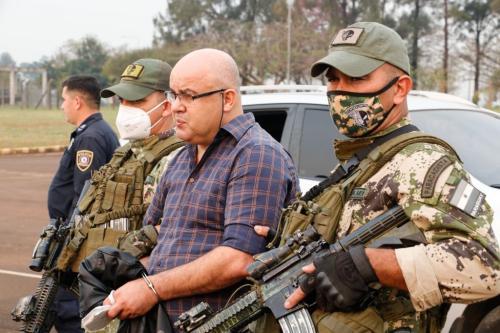 Kassem Mohamad Hijazi é levado pelos policiais do Paraguai, em Ciudad del Este, 24 de agosto de 2021 [Senad Paraguay/Divulgação]