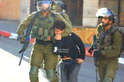 Menino é detido por soldados da ocupação israelense, em 23 de setembro de 2021 [Amer Shallodi]