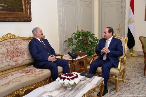 Presidente do Egito Abdel Fattah el-Sisi encontra-se com o general renegado Khalifa Haftar, comandante do chamado Exército Nacional da Líbia (ENL), no Cairo, 13 de maio de 2017 [Presidência do Egito/Apaimages]