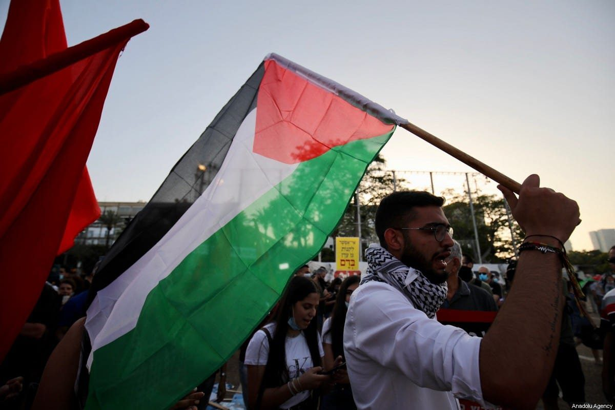 Israelenses protestam contra plano de anexação ilegal de assentamentos judaicos na Cisjordânia ocupada, em Tel Aviv, 6 de junho de 2020 [Mostafa Alkharouf/Agência Anadolu]