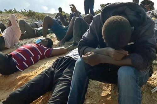 Vídeo mostra refugiados que sobreviveram após um naufrágio na costa da cidade portuária de al-Khums, 120 km a oeste de Trípoli, capital da Líbia, em 12 de novembro de 2020 [AFP via Getty Images]