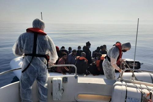 A Guarda Costeira da Turquia resgata requerentes de asilo em um barco na costa de Izmir, em 27 de julho de 2021 [Guarda Costeira Turca/Agência Anadolu]