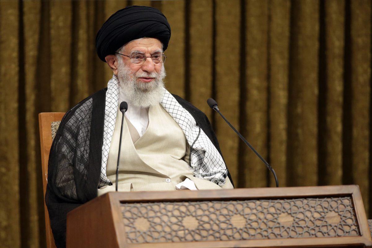 O líder supremo do Irã, Ayatollah Ali Khamenei, fala durante a cerimônia de formatura da Universidade Militar Imam Hussein via videoconferência em Teerã, Irã, em 03 de outubro de 2021 [Escritório de Imprensa do Líder Iraniano/Agência Anadolu]