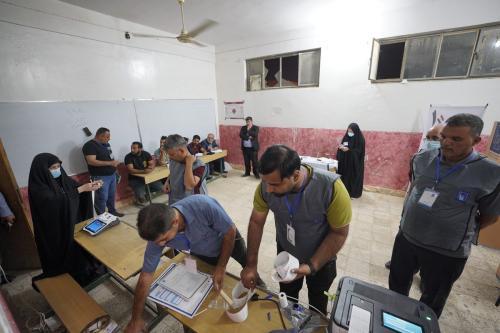"""Escriturários começam a contar votos após a """"votação especial"""" para as forças de segurança, deslocados e prisioneiros terminar dois dias antes de o resto da nação votar nas eleições parlamentares em Bagdá, Iraque, em 8 de outubro de 2021 [Murtadha Al-Sudani/Agência Anadolu]"""