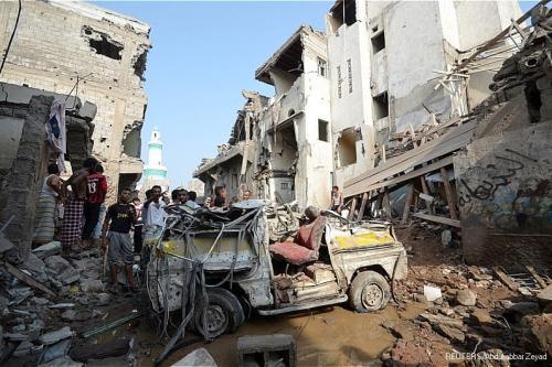 Edifícios em ruínas após serem atingidos por ataques aéreos sauditas no Iêmen [Reuters]