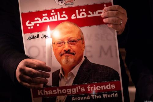 Um manifestante segura um pôster retratando o jornalista saudita Jamal Khashoggi em 25 de outubro de 2018 [Yasin Akgul/AFP/Getty Images]