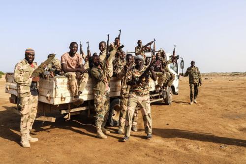 Combatentes sudaneses iemenitas, ligados à Arábia Saudita, perto da fronteira setentrional do Iêmen, na cidade costeira de Midi, 23 de maio de 2021 [MOHAMMED AL-WAFI/AFP via Getty Images]