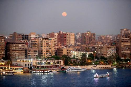 Superlua sobre a paisagem do Cairo, capital do Egito, 24 de junho de 2021 [KHALED DESOUKI/AFP via Getty Images]