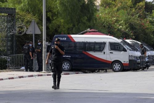 Polícia tunisiana monta guarda em frente ao parlamento, em Túnis, 27 de julho de 2021 [FETHI BELAID/AFP via Getty Images]