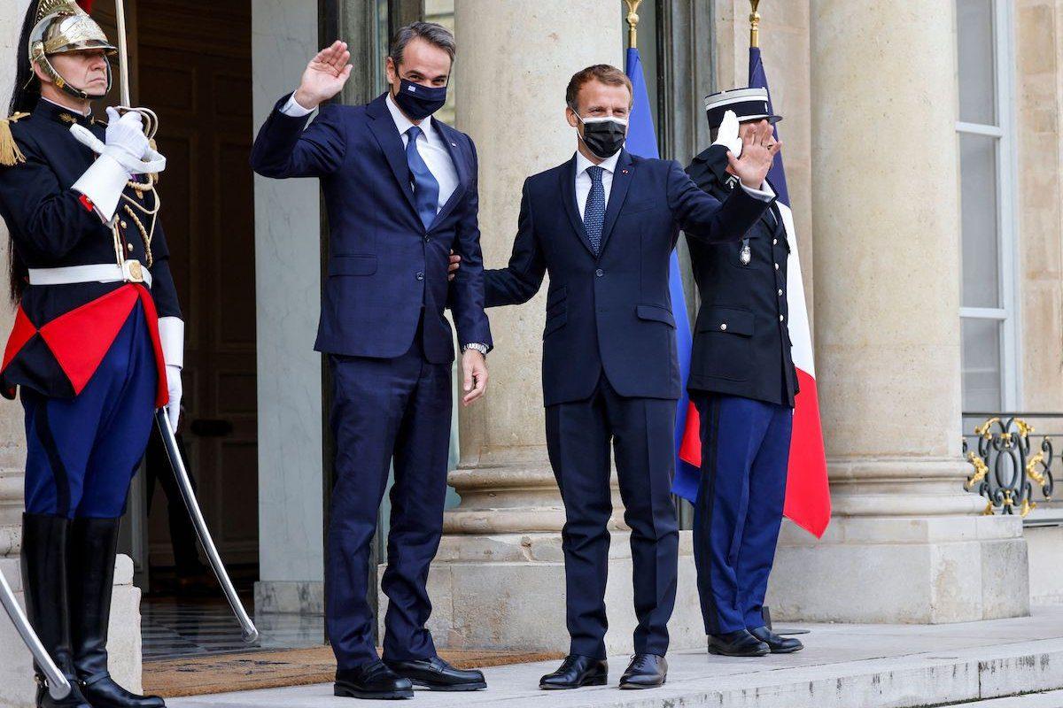 Presidente da França Emmanuel Macron ao lado do Primeiro-Ministro da Grécia Kyriakos Mitsotakis, antes da assinatura de um acordo militar no Palácio do Eliseu, em Paris, 28 de setembro de 2021 [LUDOVIC MARIN/AFP via Getty Images]