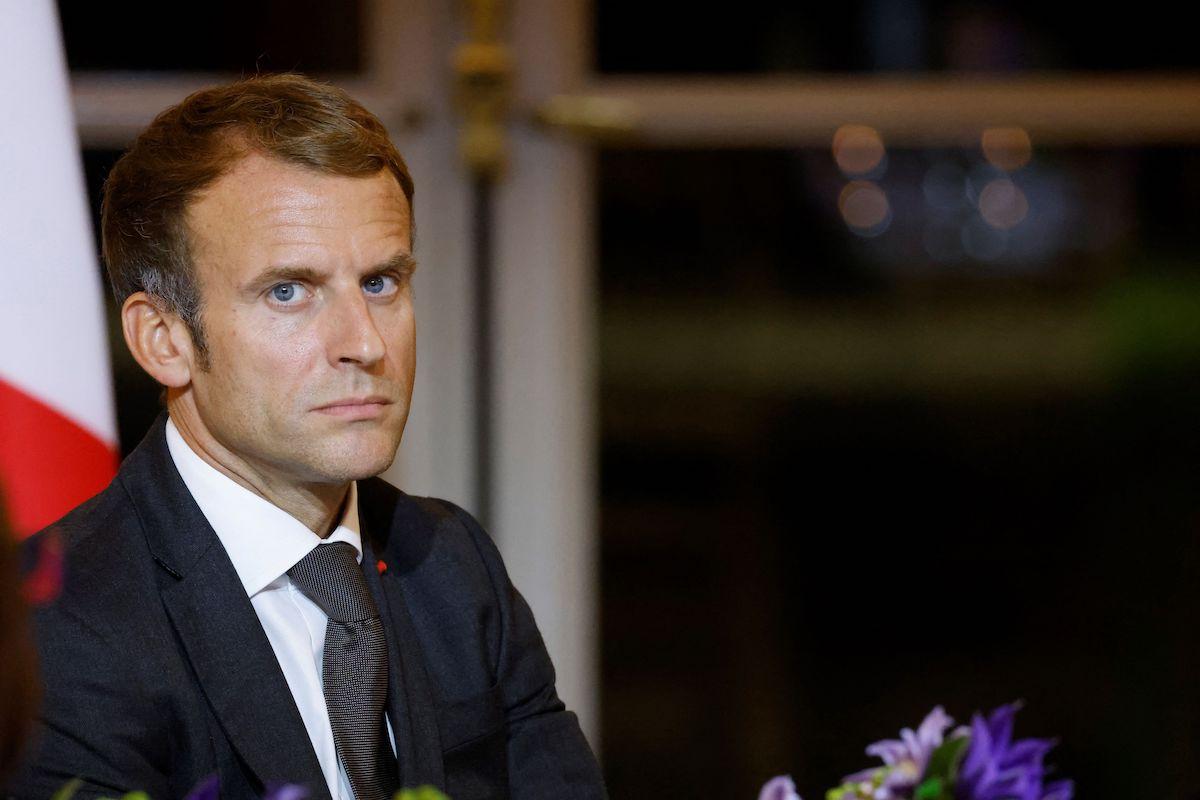 Presidente da França durante jantar no Palácio do Eliseu, parte da cerimônia de encerramento do evento Africa2020 Season, que apresentou perspectivas da sociedade civil do continente africano e sua diáspora, em Paris, 30 de setembro de 2021 [LUDOVIC MARIN/AFP via Getty Images]