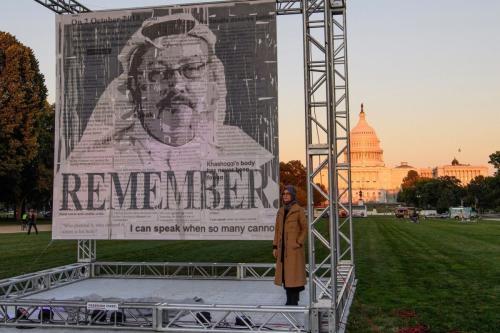 A escritora turca Hatice Cengiz, noiva do jornalista e dissidente saudita Jamal Khashoggi, posa ao lado de um retrato de Khashoggi, em Washington, em 1º de outubro de 2021 [Nicholas Kamm/AFP via Getty Images ]