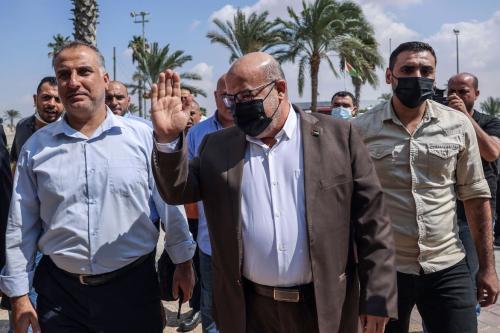 Issam al-Daalis (centro), membro do gabinete político do Hamas, aguarda para atravessar Rafah, na fronteira entre Egito e Faixa de Gaza, 3 de outubro de 2021 [SAID KHATIB/AFP via Getty Images]
