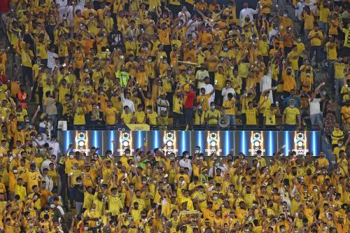 Torcida da equipe de futebol Nassr durante partida contra o clube emiradense Al-Wahda, pela Liga dos Campeões da Ásia, no Estádio Universitário Rei Saud, em Riad, Arábia Saudita, 16 de outubro de 2021 [FAYEZ NURELDINE/AFP via Getty Images]