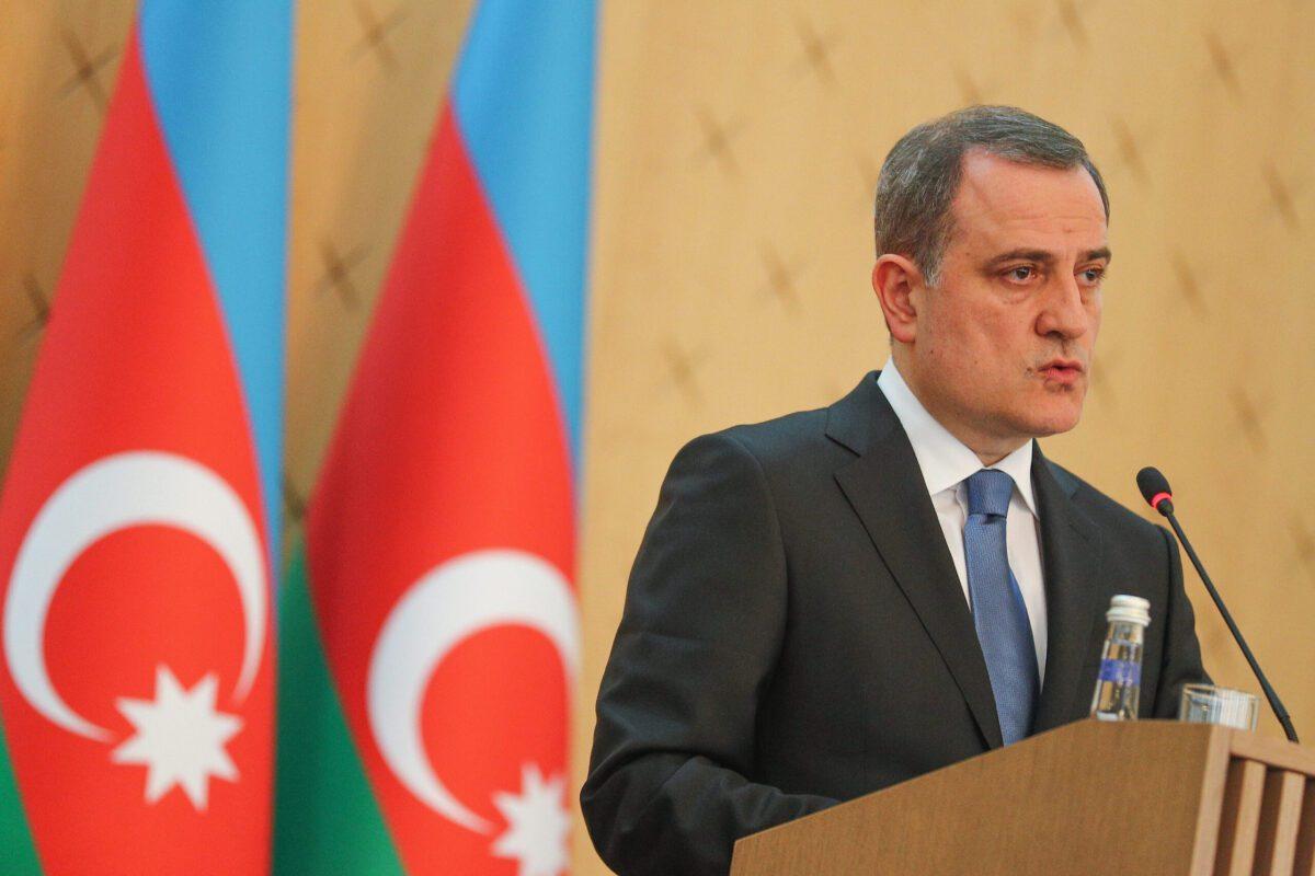 Ministro das Relações Exteriores do Azerbaijão, Jeyhun Bayramov, em 11 de maio de 2021 em Baku, Azerbaijão [Aziz Karimov/Getty Images]