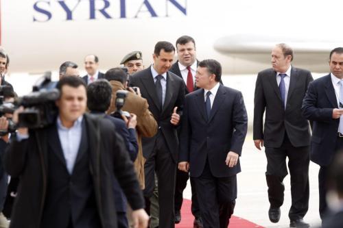 O presidente sírio, Bashar al-Assad (esq.), é recebido pelo rei Abdullah II (dir.), da Jordânia, em sua chegada em 20 de março de 2009 em Amã, Jordânia [Salah Malkawi/Getty Images]