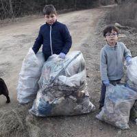 Doi copii de 6 și 9 ani au strâns toate gunoaiele de pe strada Todirenilor din Vatra Dornei