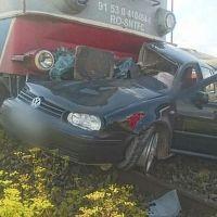 FOTO/VIDEO. Un bărbat a decedat după ce mașina pe care o conducea a fost lovită de tren în comuna Coșna