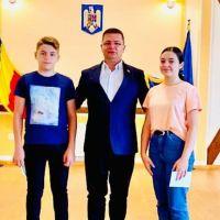 FOTO. Beatrice Marcu și Ionuț Odochian, premiați de Primăria Dorna Arini pentru notele obținute la Evaluarea Națională