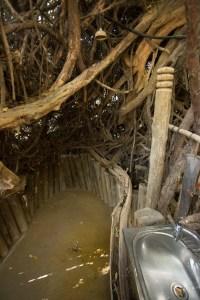 Bad und WC wurden hier in den Busch eingebaut...