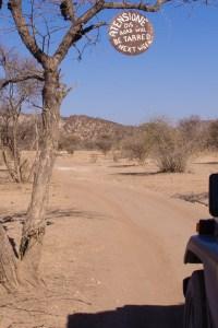 Die Zufahrt zum Camp Aussicht ist mit lustigen Tafeln geschmückt.