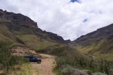 Fahrt auf den Sani-Pass (Das Joch ist die Passhöhe).