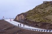 Wir fahren ein Stück in Lesotho auf der von Chinesen neu gebauten Strasse. Die vier Männer können wir aber nicht so richtig einordnen.